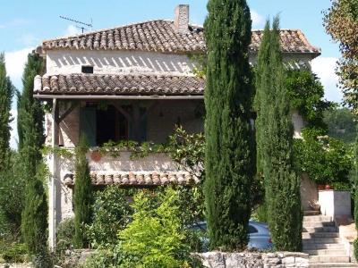 farmhouse-villa-pool-lot-valley